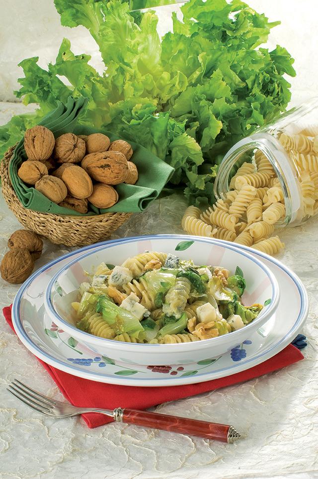 Паста с цикорным салатом, орехами и горгонзолой.