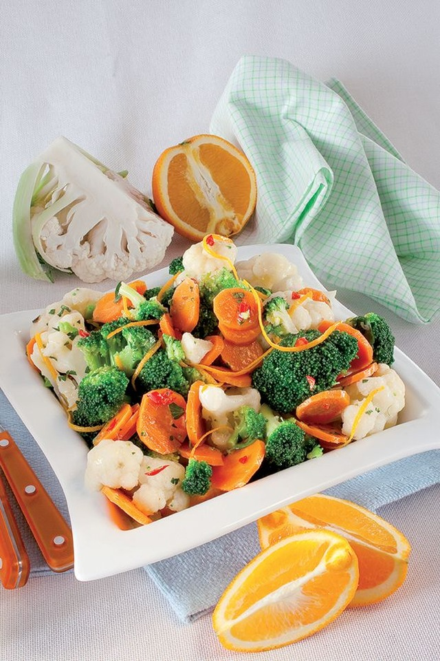 Salad with cauliflower, broccoli and carrots