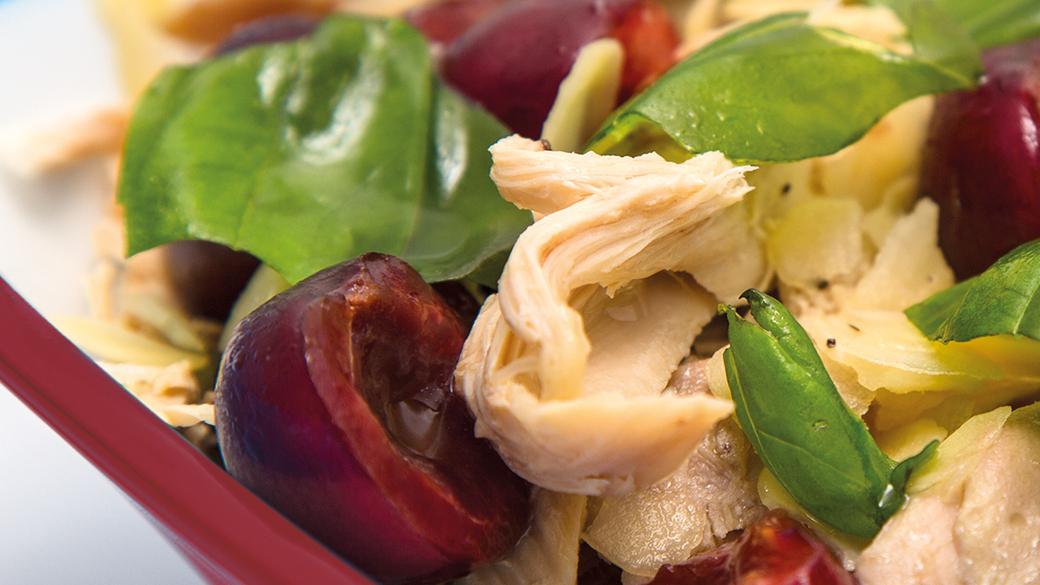 Salada de pintada com manjericão, cerejas e pétalas de amêndoa